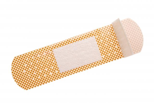 二重に使用する絆創膏の画像